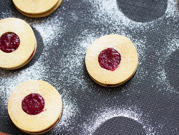 Печенье песочное с малиновым джемом